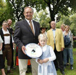 Erich Pils erhält den Monsun-Preis